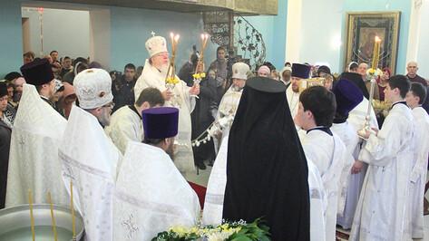 Воронежский митрополит освятил воду в храме на Митрофановском источнике