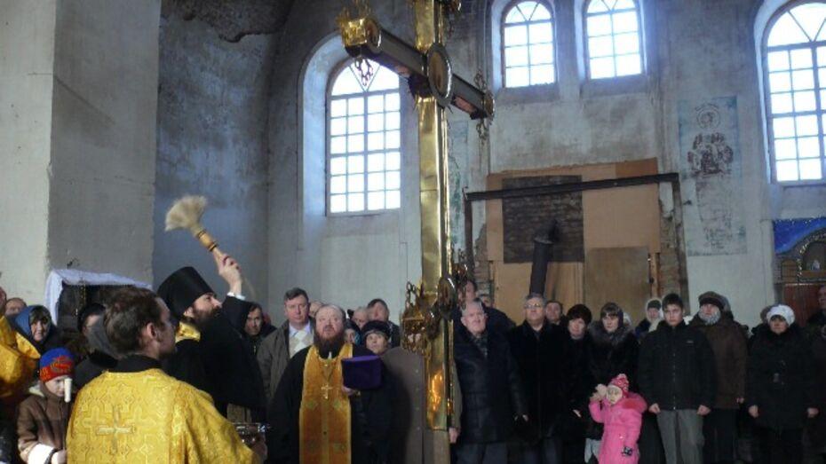 В Верхнемамонском районе освятили купольный крест восстанавливаемого храма