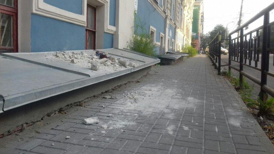 В центре Воронежа с фасада памятника осыпалась лепнина