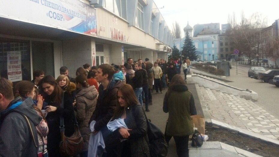 Фанаты 30 Seconds To Mars оккупировали воронежский дворец спорта за 8 часов до концерта