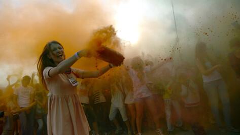 Воронежцы обсыпали друг друга двумя тоннами краски