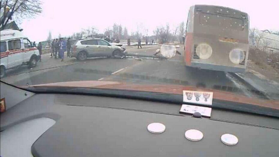 На улице Панфилова в Воронеже иномарка сбила два столба (видео)