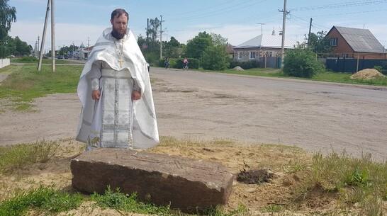 В Павловском районе при благоустройстве сквера нашли старинную надгробную плиту