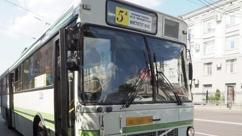 Очевидцы: в Воронеже пассажирка выпала из автобуса и повредила ногу