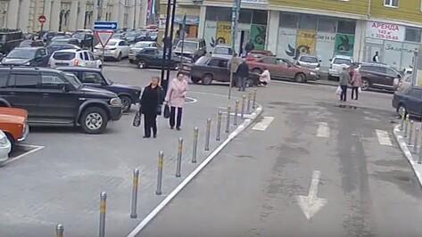 В центре Воронежа «ВАЗ» сбил женщину: ДТП попало на видео