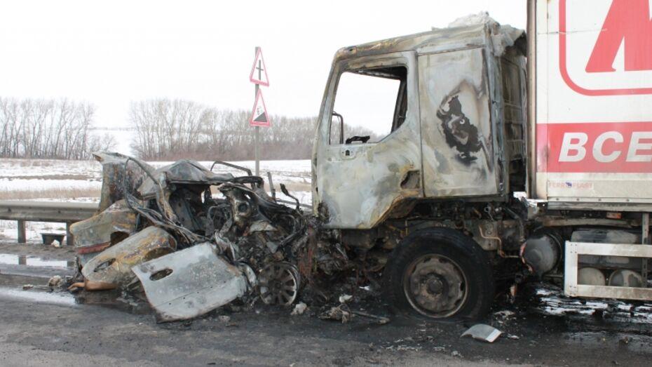 Неизвестный водитель Hyundai сгорел после ДТП в Воронежской области