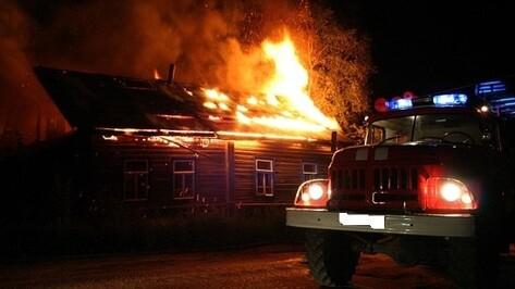 В Воронеже из-за крупного пожара в здании обрушилась кровля