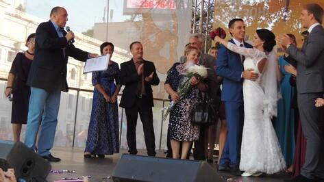 В Воронеже молодожены сбежали со свадьбы ради фото с актерами сериала «Воронины»