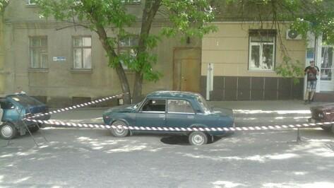 В центре Воронежа автомобиль провалился в асфальт
