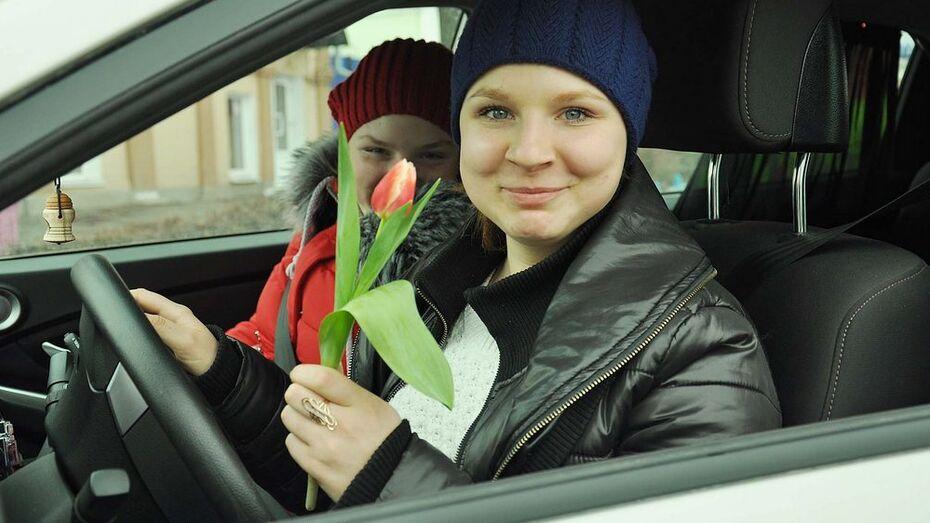В Бутурлиновке сотрудники отделения ГИБДД вручили женщинам-водителям цветы