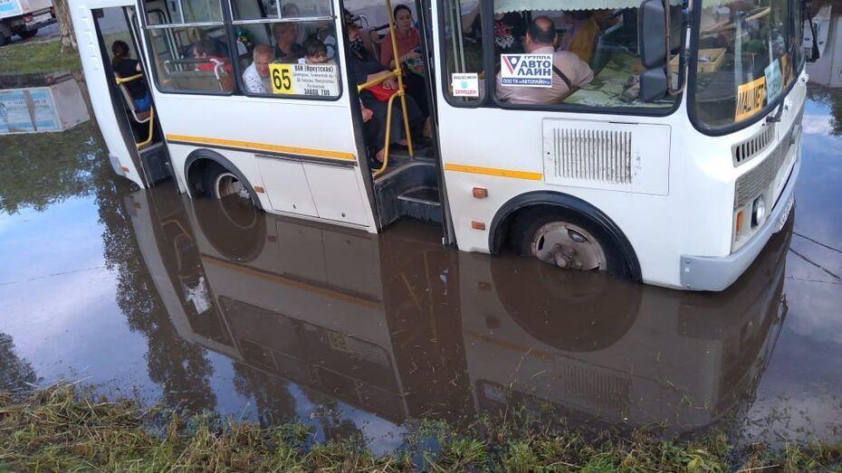 Спасение «утонувшей» маршрутки в Воронеже сняли на видео