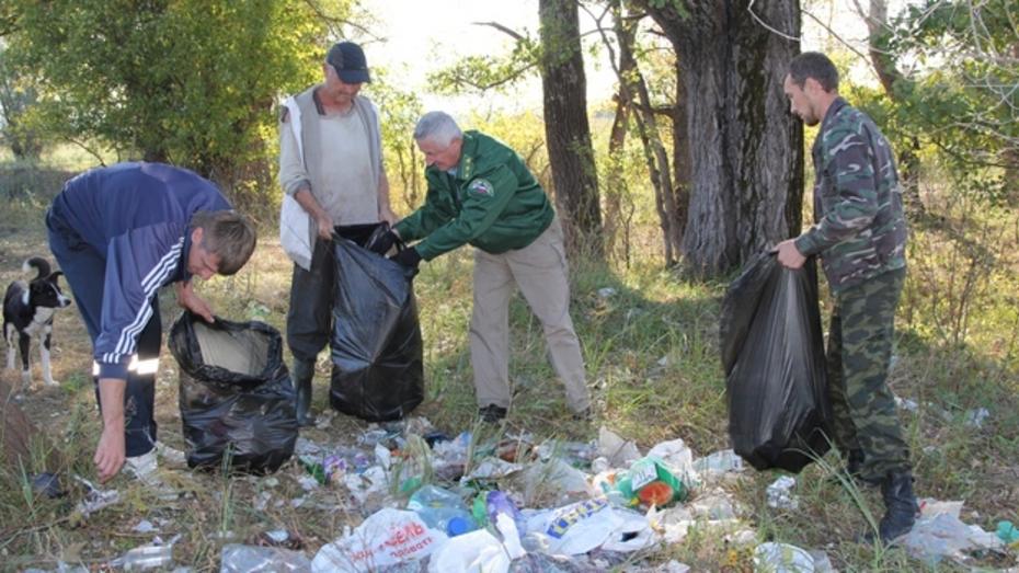 Новохоперские лесничие очистили от мусора места отдыха на Савале