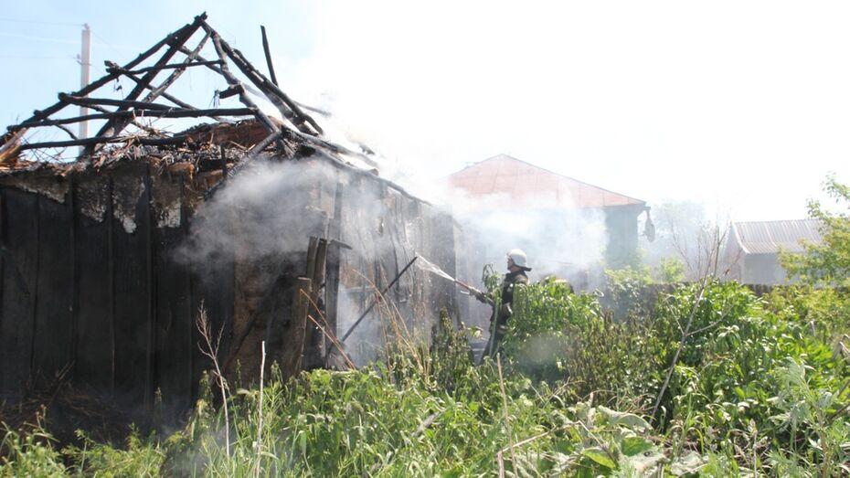 В центре Боброва сгорел нежилой дом