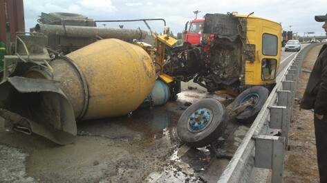 В Воронеже столкнулись два грузовика: водитель бетономешалки погиб