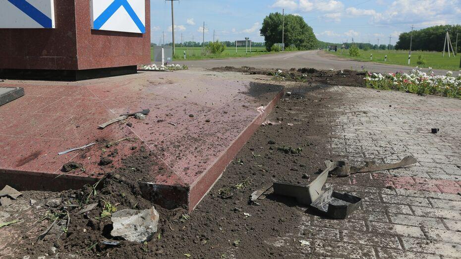 Пьяный водитель проехал по стеле на въезде в Бобров
