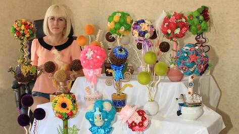 Жительница Поворино за семь месяцев создала более 60 деревьев из цветов, конфет и перьев