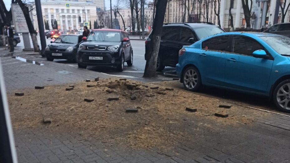 Тротуар взорвался на улице Плехановской в Воронеже