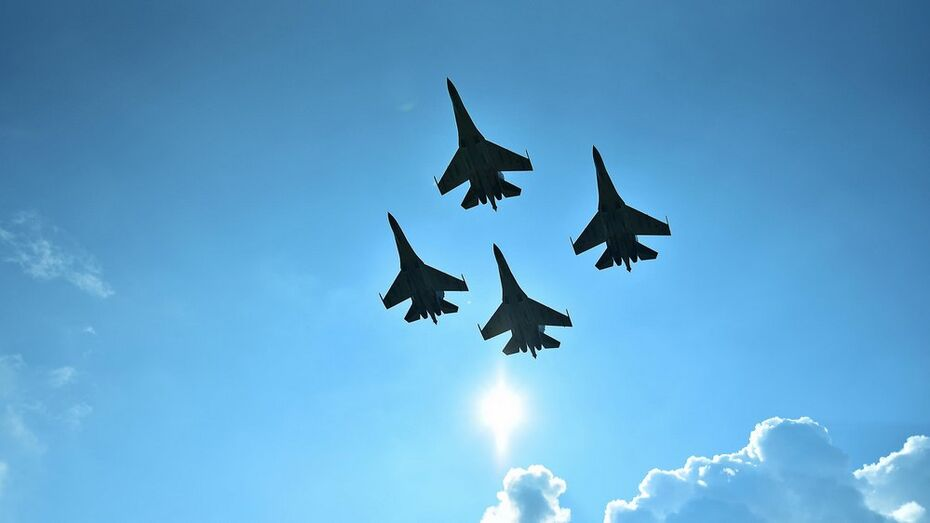 В Бутурлиновке прошли показательные выступления авиационной группы из Липецка