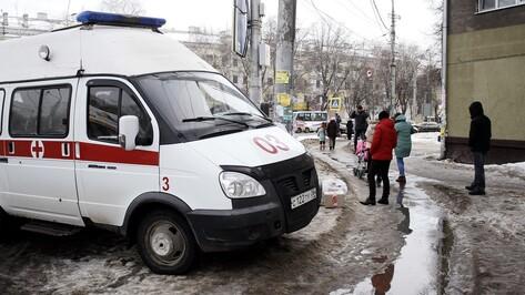 В Воронеже ледяная глыба упала на женщину с коляской на остановке