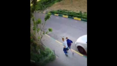 Жители воронежского Шилово пожаловались на банду подростков через видео с камер