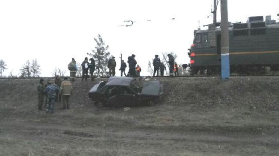 В Воронежской области автомобиль «ВАЗ» выехал под грузовой поезд