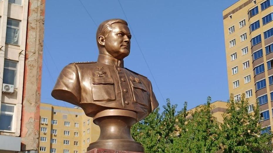 Бюст генерала Николая Ватутина установили в новом сквере Воронежа
