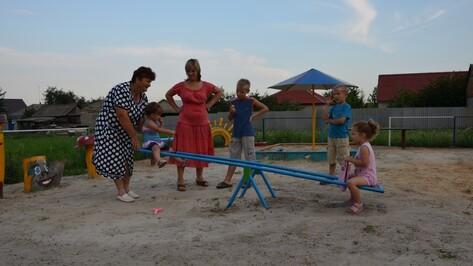 Верхнемамонская пенсионерка организовала на своей улице  строительство детской площадки