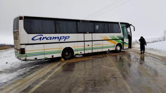 Рейсовый автобус с пассажирами развернуло на обледенелой трассе в Воронежской области