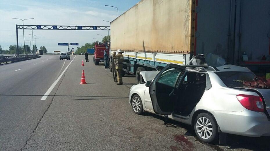 Два человека погибли в ДТП с иномаркой и фурой под Воронежем