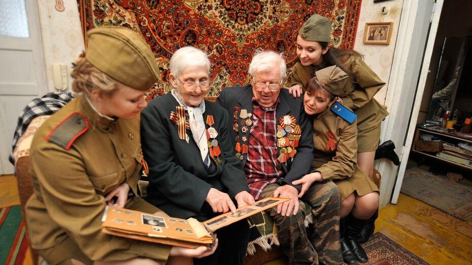 Девушки в военной форме поздравили воронежских ветеранов на дому