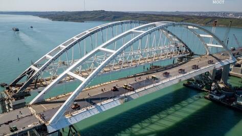 На воронежской автодорожной арке Крымского моста начали укладку асфальтобетона