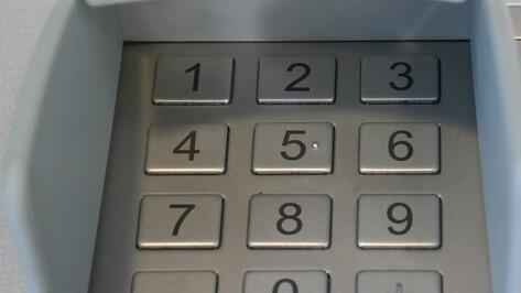 В Воронежской области женщина из очереди забрала чужие деньги из банкомата