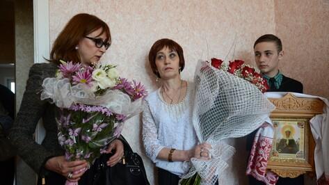 Светлана Трубникова получила от Елены Ростропович ключи от новой квартиры в Бутурлиновке