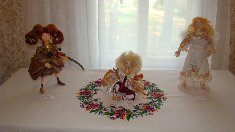В хохольском музее открылась выставка картин и авторских кукол