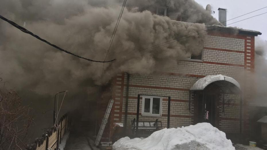 Воронежские спасатели потушили двухэтажный коттедж на набережной за 1,5 часа
