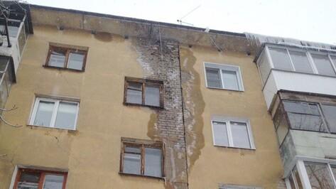 Жильцы дома в Воронеже сообщили о риске короткого замыкания из-за протекающей крыши