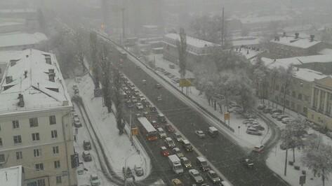 Первый зимний снегопад в Воронеже привел к многокилометровым пробкам