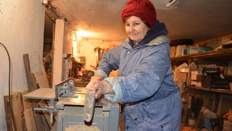 Поворинская пенсионерка в 70 лет освоила ремесло плотника