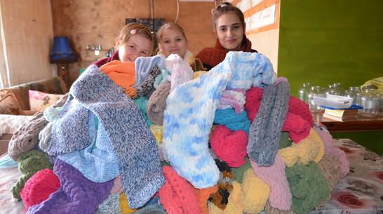 Семилукцы связали для одиноких пенсионеров 120 шарфов