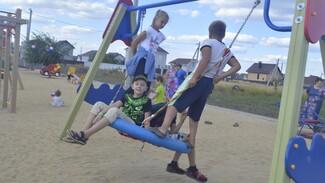 В новоусманском микрорайоне «Радуга» торжественно открыли детскую площадку