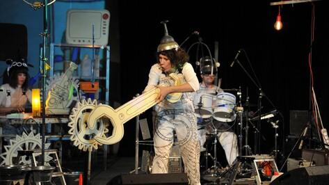 Белорусский кабаре-бэнд сыграл в Воронеже на швабробасе и ведродраме