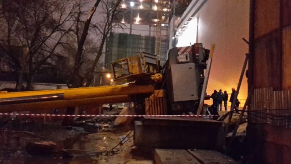 Упавший в центре Воронежа кран пообещали убрать 29 февраля