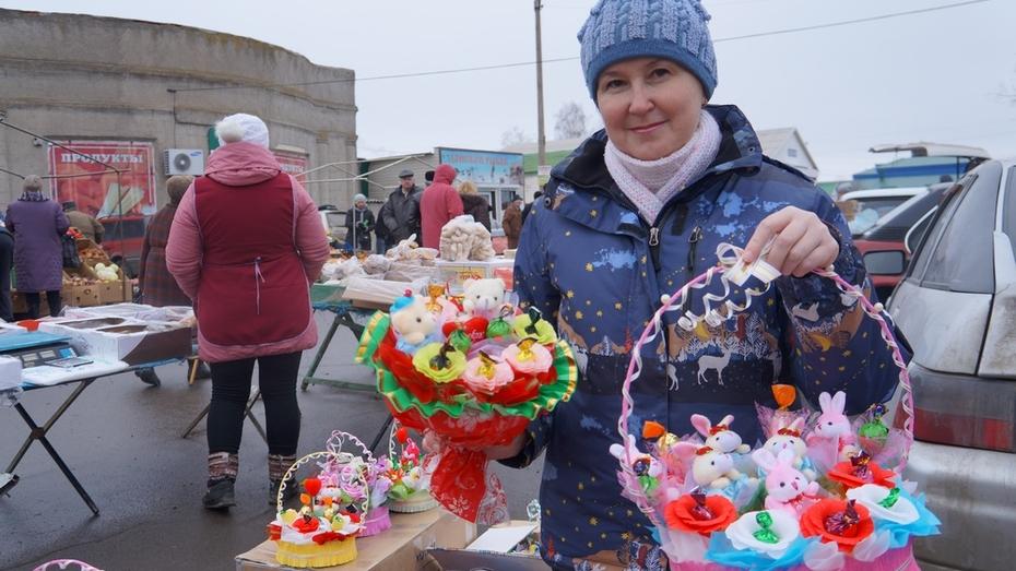 Верхнемамонская мастерица приготовила для односельчанок праздничные букеты из конфет и игрушек