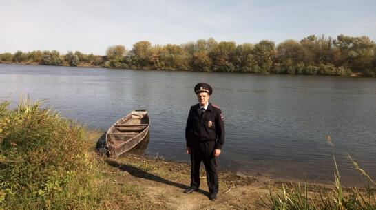 Воронежский полицейский спас заснувшего в лодке рыбака от переохлаждения
