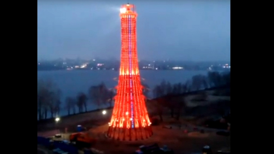 В Воронеже левобережный «маяк» осветили иллюминацией
