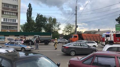 В Воронеже машина Росгвардии столкнулась с Volkswagen Golf