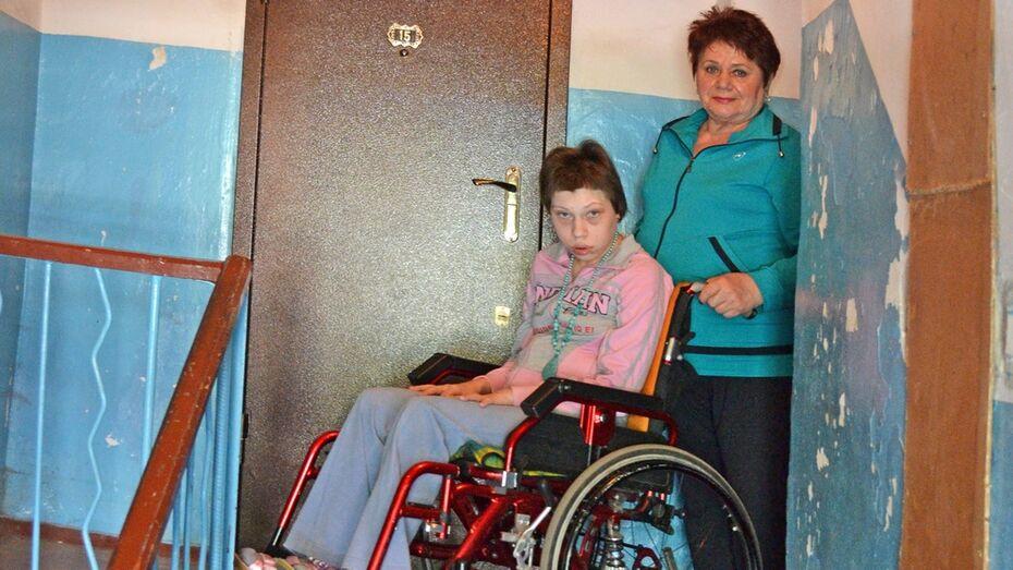 В Лисках установили съемный пандус в подъезде дома девушки-инвалида