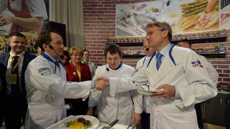 Воронежский губернатор поучаствовал в кулинарном поединке на выставке «Метро Экспо»