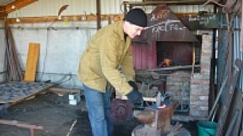 Житель Верхнемамонского района Николай Шипилов освоил дело своих предков – стал кузнецом