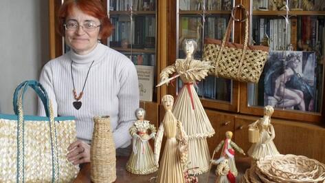 Жительница Рамонского района мастерит кукол из ржаной соломы
